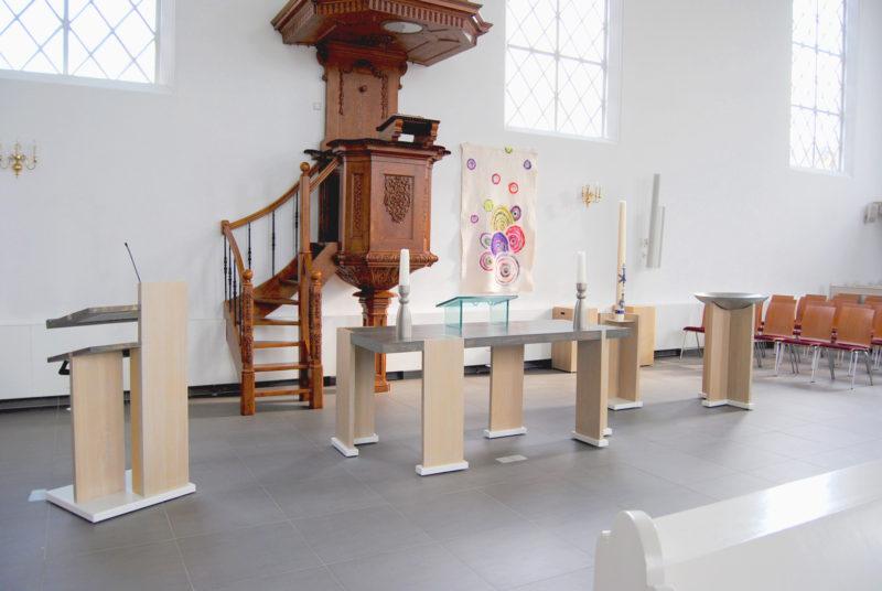 Interieur meubels kerk